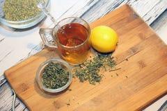 Чай в кружке и травах в шарах стоковые изображения rf