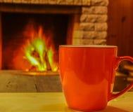 Чай в кружке на камине nea деревянного стола уютном Стоковая Фотография