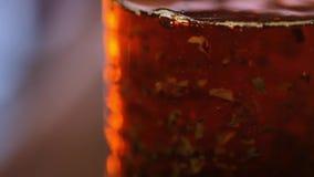 Чай в кувшине - листья заваривать чая плавая в декокт чая сток-видео