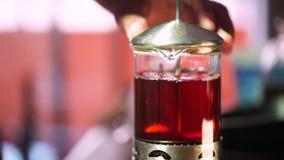 Чай в кувшине - листья заваривать чая плавая в декокт чая акции видеоматериалы