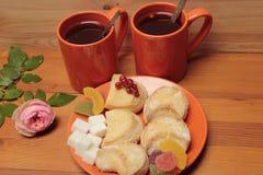 Чай в оранжевых circler и печеньях, красных смородинах Стоковые Фото