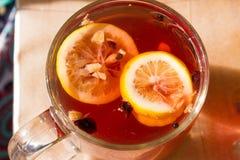 Чай в прозрачной кружке с специями Стоковые Фото