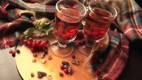 Чай в прозрачной стеклянной кружке, ягоды калины зимы осени a Guelder-Розы акции видеоматериалы
