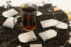 Чай в стеклянной чашке на деревянном столе стоковые фотографии rf