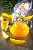 Чай в стеклянном чайнике манго стоковая фотография rf
