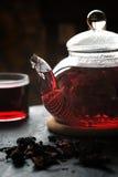 Чай в стеклянном чайнике на каменной вертикали таблицы Стоковые Фотографии RF