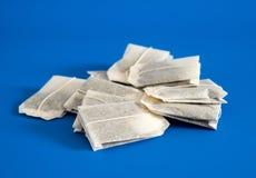 Чай в сумках на голубой предпосылке стоковые фотографии rf