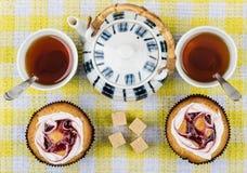 Чай в чашках, 2 тортах, кусковатом сахаре и чайнике Стоковая Фотография RF