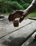 Чай в чашке комплектуя вверх вручную стоковое фото rf