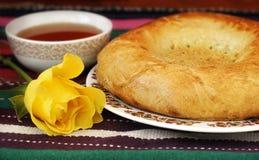 Чай в чашке фарфора и восточный плоский торт испекут Стоковое Изображение