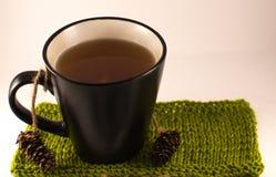 Чай в черной чашке на белой предпосылке Стоковая Фотография