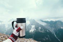 Чай в thermos над Mountain View стоковое изображение
