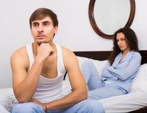 Чай Гая и девушки выпивая и беседовать в кровати Стоковое Изображение RF
