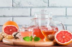 Чай грейпфрута травяной с имбирем и медом Стоковые Изображения RF