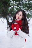 Чай девушки выпивая outdoors в зиме Стоковое Изображение