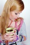 чай девушки кофе выпивая горячий Стоковые Фотографии RF