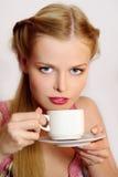 чай девушки кофе выпивая Стоковые Фотографии RF