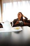 чай девушки чашки Стоковое Изображение