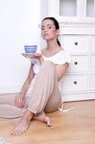 чай девушки coffe выпивая relaxed Стоковые Изображения