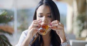 Чай девушки выпивая в кафе Стоковые Фотографии RF
