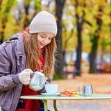 Чай девушки выпивая в парижском кафе Стоковая Фотография