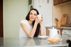 Чай девушки выпивая в moring стоковые изображения