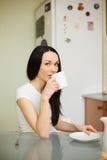 Чай девушки выпивая в moring Стоковая Фотография RF