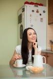 Чай девушки выпивая с печеньем в moring Стоковое фото RF