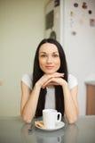 Чай девушки выпивая с печеньем в moring Стоковые Изображения RF