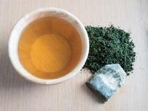 Чай жасмина в шаре с чаем смолол на деревянной плите Стоковая Фотография