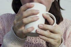 Чай женщины выпивая от конца чашки вверх Стоковое Изображение