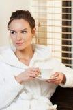 Чай женщины выпивая перед обработкой Стоковая Фотография