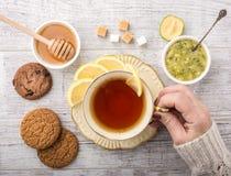Чай женщины выпивая с взгляд сверху лимона стоковые фотографии rf