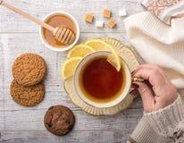 Чай женщины выпивая с взгляд сверху лимона стоковая фотография rf