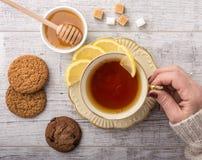 Чай женщины выпивая с крупным планом лимона стоковые изображения rf