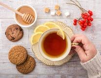 Чай женщины выпивая с крупным планом лимона стоковое изображение