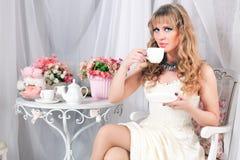 Чай женщины выпивая Стоковые Фотографии RF
