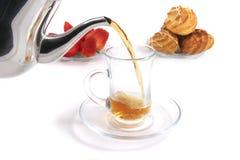 чай заполнения чашки стоковое изображение