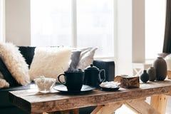 Чай зимы в теплом доме стоковые фотографии rf