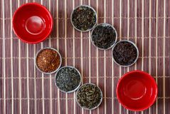 Чай Ивана, rooibos marrakech, черный чай, зеленый чай и чашки красного цвета на коричневой бамбуковой циновке Стоковая Фотография RF