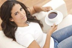 Чай или кофе испанской женщины Latina выпивая Стоковые Изображения