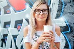 Чай Чай или кофе красивейшей девушки выпивая Здоровое питье Женщина с чашкой над предпосылкой стены с граффити Стоковая Фотография RF