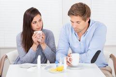 Чай лимона больных пар выпивая на таблице Стоковая Фотография