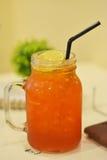 Чай лимона, холодное большое стекло с теплыми белыми стенами Стоковое Изображение