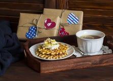 Чай лимона, waffles с мороженым, мед и гайки в винтажном подносе, домодельные подарки дня валентинки в бумаге kraft Стоковые Фото