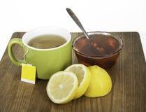 Чай, лимон, и мед деревянной разделочной доски стоковое изображение rf