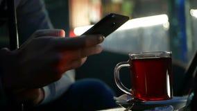 Чай интернета руки выпивая акции видеоматериалы