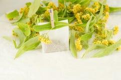 Чай липы умоляет с цветками на таблице стоковая фотография