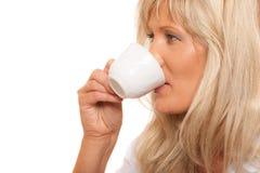 Чай или кофе зрелой женщины выпивая стоковое изображение rf
