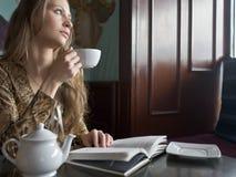 Чай или кофе красивой девушки выпивая в кафе стоковые фотографии rf